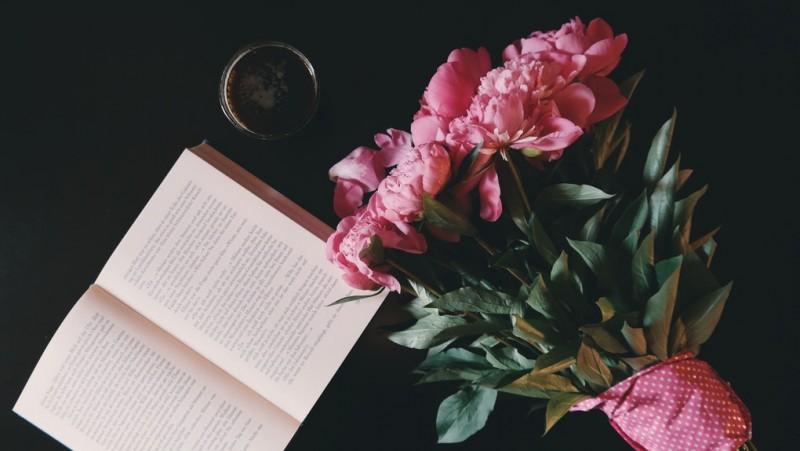 Beneficii uimitoare pe care le obtineti daca cititi carti de dragoste