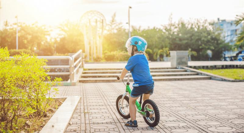 Copilul tau nu stie sa mearga pe bicicleta? Iata cum sa-l inveti