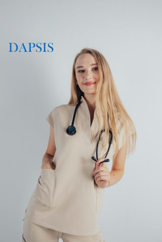 Doamna doctor foarte tanara ce este imbracata intr-o uniforma medicala dapsis de culoare bej