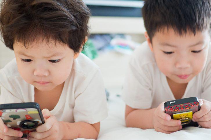Expunerea timpurie la dispozitivele mobile poate afecta abilitarile copilului tau