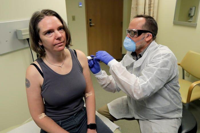 Patru oameni sănătoși au fost primii care au primit luni un vaccin anti-COVID-19